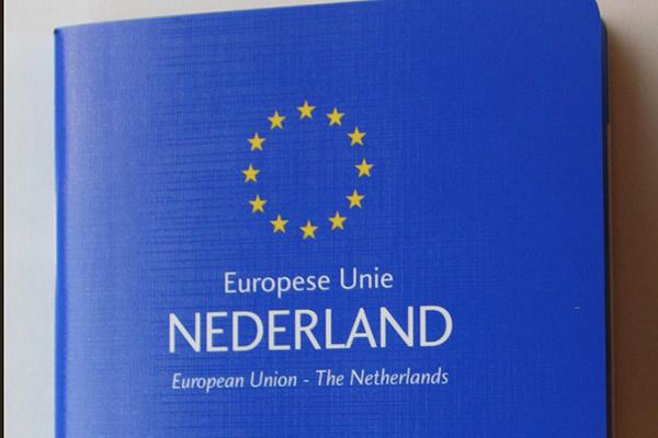 Dierenkliniek Tiel-Drumpt: Het Europees paspoort voor hond en kat is bij reizen over de grens verplicht.