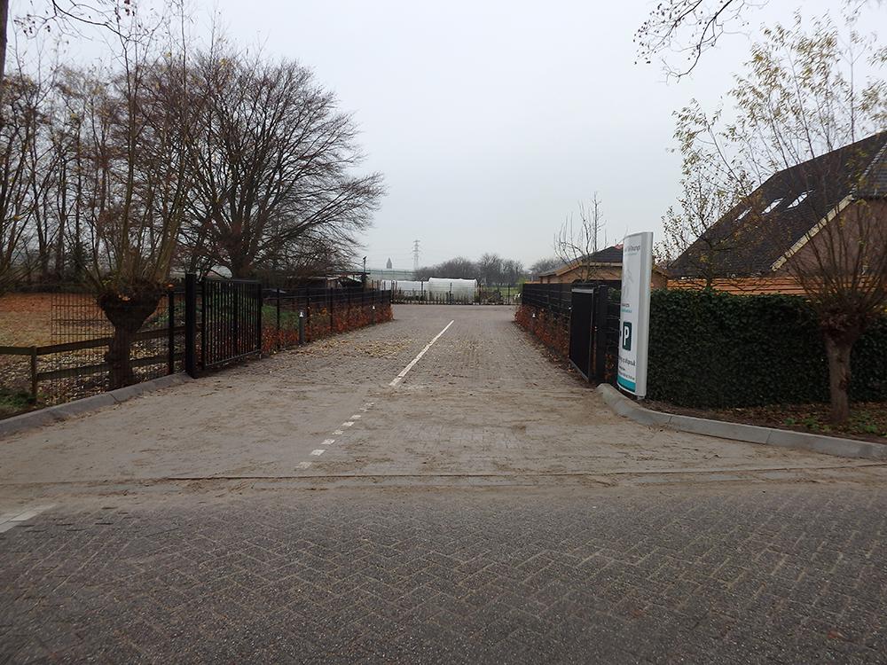 Dierenkliniek Tiel-Drumpt: Er is een brede ingang naar het parkeerterrein van de dierenarts.