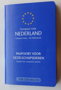 Dierenkliniek Tiel-Drumpt: Nieuwe regels reizen met gezelschapsdieren. Het Europees paspoort voor hond en kat is bij reizen over de grens verplicht.