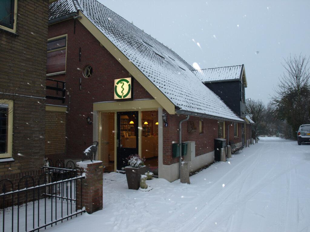 Ook in de winter toont onze dierenartsenpraktijk gezellig en uitnodigend.