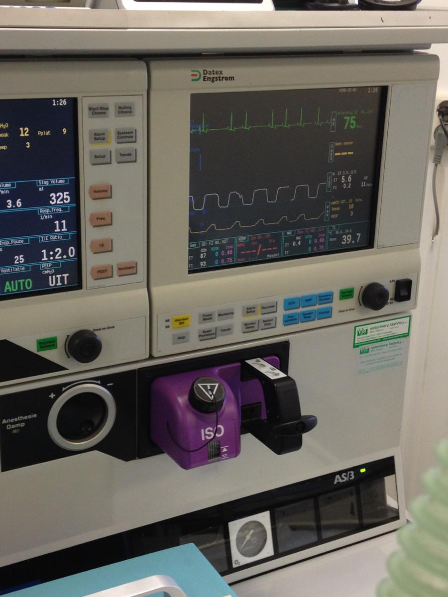 Dankzij onze apparatuur kan de dierenarts tijdens de operatie precies zien wat de ademhaling, het hart, de gasuitwisseling en te temperatuur doet. Ook hiermee wordt het narcose risico kleiner gemaakt.